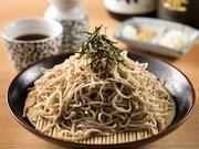 信州蕎麦品評会で県知事賞を受賞した古越製麺所でつくられた蕎麦。上質な素材の旨味が堪能できます。