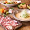 名物薩摩軍鶏の淡雪しゃぶは、出汁にわたあめの甘さが溶け合う上品な味わいの鍋となっております。