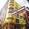 渋谷駅、ハチ公前から徒歩5分。黄色いビルが目印です