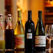 山梨の「beau paysage」、山形の「タケダワイナリー」、北海道の「農楽蔵」など日本の自然派ワインが揃います。ノンアルコールのジュースも自家製のものをはじめ、丁寧につくられた優しいものばかりです。
