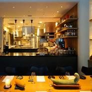 丸ごと見渡せるオープンキッチンが、食材や料理に対する安心感を醸し出します。そして、テーブルに飾られた珍しい野菜。お客様と料理や食材が近くにあるという店のコンセプトがレイアウトにも表れています。