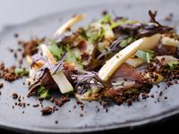 サバと味噌という定番の組み合わせに、フレンチで使っているオゼイユなどを合わせ、新鮮な一皿に。