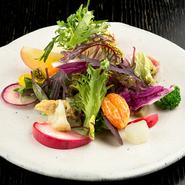畑から直接届く完熟野菜でつくる、野菜本来の力強い味、香りを引き出した畑の味がするサラダ。