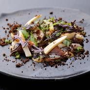 食材だけでなく、笠間焼で統一された皿などにも「土」や「大地」をイメージさせるアイテムで溢れています。