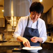 料理人が直接料理を運ぶことも多いのが当店の特徴です。最短距離ですので熱いものは熱いうちに召し上がっていただけますし、メニューによってはテーブルで調理を完成させることもあります。