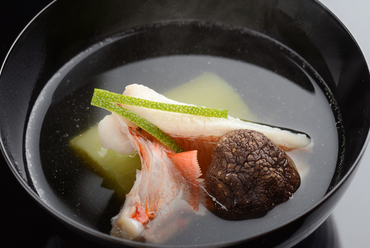 懐石料理の中心の椀、秋から冬は旬の魚を使って『キンキの椀』