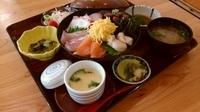 小鉢2種、海鮮茶碗蒸し、サラダ、お造り、煮魚、お汁、漬物が付きます。