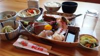 小鉢2種、海鮮茶碗蒸し、サラダ、刺身、煮魚、揚物、 ご飯、お汁、漬物が付きます。