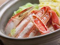 小鉢、かに味噌、茹で親がに又は一品料理、陶板焼きがに、かに鍋、雑炊、漬物。本格的なかにすきが楽しめます。 ※本ずわいがにを使用