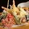 旬の魚介や野菜が揚げたてで。ボリュームある『天ぷらの盛合せ』