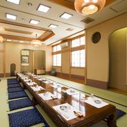 【うさみ家寿し】の大広間は、40名まで収容可能です。季節の食材を織り込んだ祝席の料理や法事会席も用意されており、プライベートなお集まりなど様々なシーンに最適。