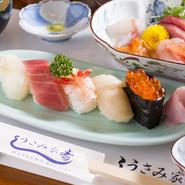 料理人自ら毎朝魚市場へ出向き、確かな目利きで仕入れられる魚介類。日本海でとれた近海物や寿司ネタに欠かせない鮪など選りすぐりの鮮度抜群な素材は、彩りも美しい品々となって提供されています。