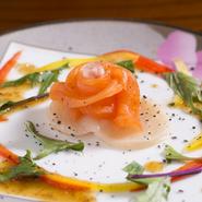 目利きした新鮮な魚介類をサラダ仕立てで。舌だけでなく目も満足させる彩り美しい逸品。