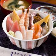 ランチでしか味わえない一品は、鮮度の良い寿司ネタが種類色々どんぶりにのったおいしいメニューです。