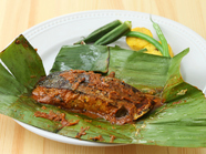 スパイスやフィッシュタマリンドが効いた『魚のバナナ葉包み焼』
