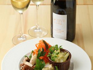 スパイスを引き立てる、自然派ワイン50種類以上をセレクト