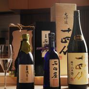 「おいしい料理にはやっぱりおいしいお酒を」と主人。黒龍、十四代など酒党も認めるお酒からビンテージ物、季節のお酒などを入れ替えながら、常時10種類ほどを揃えます。シャンパン、ブルゴーニュワインも用意。