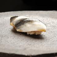 江戸前のコハダ、大間のまぐろ、房州のあわび、明石の鯛など、そのときそのとき最もいい産地の魚介を仕入れ、新鮮なうちに寿司や一品のための仕事を施します。焼き物も日替わりで、1~2種類を用意。