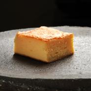 卵に砂糖とみりん、少量の醤油、そして贅沢にもぐじのすり身を合わせ、ふんわりしっとり焼き上げています。