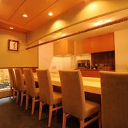 寿司屋には珍しく、背もたれの高いダイニング用の椅子を並べ、その高さに合わせてカウンターを設置。