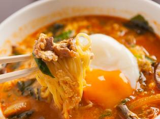 ピリッとした辛さがあとを引く、濃厚なスープが自慢です