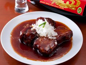 じっくり煮込んで箸で切れるほどの柔らかさに 『黒酢酢豚』