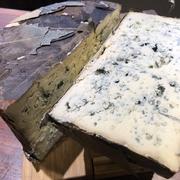 スペイン中のクラフトマンシップ光るチーズを厳選。生の楓の葉で熟成されたブルーチーズや、世界一のチーズにも輝いた黒カビチーズ、トロトロの無殺菌牛乳の白カビチーズ、クセの無い島の野生のヤギのチーズなど。