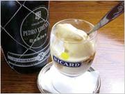 バニラアイスクリームに、干しブドウでつくった甘口シェリーをかけます。