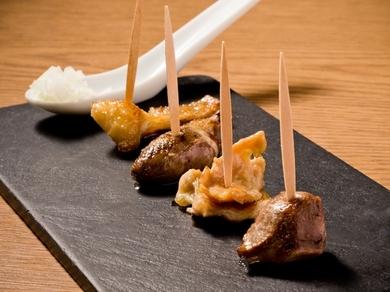 一口サイズで食べやすい、ピンチョスタイルの焼き鳥