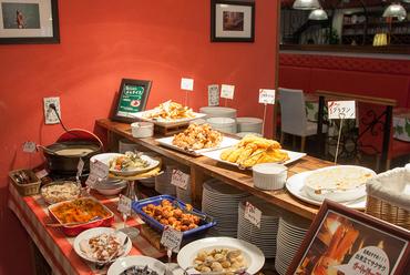 バラエティに富んだ大皿が並ぶビュッフェスタイル