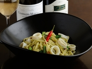 唐辛子でパンチのある味 『青菜と柔らかイカのバジルソース』
