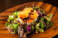 濃厚な旨みのチーズを香ばしく焼いた『ヤギチーズのサラダ』