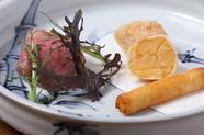 旬菜に濃厚な旨みを添えた『揚げ物と宍粟牛のメレンゲ包み焼き』