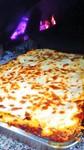 (ミートソース ホワイトソース チーズ) ミートソース、ホワイトソース、チーズを順々に重ねて薪窯で焼き上げた基本に忠実なエミリア風ラザニアです。だからこそ裏切らない美味しさがあります。
