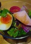 毎朝マルシェ仕入れる新鮮なお野菜のサラダです。 できる限り東温産にこだわります。 自家製のドレッシングも好評です。
