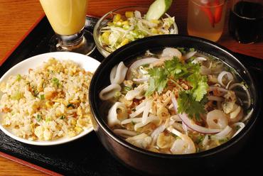 魚介や野菜などの具材と味わう『シーフードフォー』