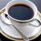 渋い茶系のカラーの空間に似合うのは、シンプルな器