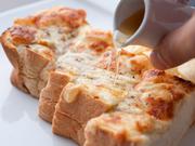 甘さをプラスできるハチミツ付。とろけるオリジナルチーズの味とハチミツがベストマッチング。