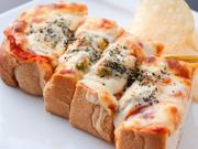 野菜と、とろーりとろけるオリジナルブレンドのチーズの組み合わせが絶品! 耳まで美味しく食べられます。