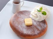 こだわりのブレンドの粉を使ったほんのり甘いホットケーキはふわふわ。玉子の香りがひろがる懐かしい味。