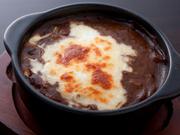 スパイシーなカレーにオリジナルミックスチーズと玉子をトッピング。石窯で焼いたアツアツのカレーです。