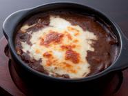 トッピングのチーズと玉子でまろやかな味の『石窯焼きカレー』