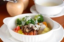 旬の野菜が味わえる『温野菜 アンチョビクリーム添え』