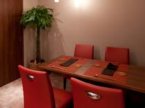 仲間同士でゆっくり食べられるテーブル席も人気です