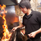 ガスのように調整ができない炭火の火力を操る料理人