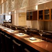 カウンターを始め、個室もご用意。小人数での食事やデートに最適