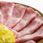 日本一厳しいと言われている定義を守った兵庫県産但馬牛だけが名乗れる「神戸牛」。神戸肉流通推進協議会指定店だけが扱える、その「神戸牛」の人肌で溶けるほど融点の低いサシが細かく入った「霜降り」を堪能して。