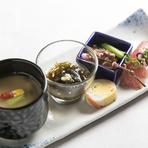 日本料理の修業を積んだ料理長の作る料理は、例えばコースの前菜の茶碗蒸しにも神戸牛の牛すじを入れるなど、すべてのお料理で神戸牛を楽しんでいただけるように工夫されています。だしの美味しさなどにも注目です。