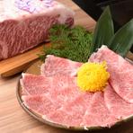 「神戸牛」は、兵庫県にある三か所の契約牧場から届きます。兵庫県産但馬牛野中でも「神戸牛」と名乗れるのはごくわずか。神戸肉流通推進協議会指定店だけが扱える、極上の霜降りが登場します。