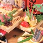 旬の魚介類を最大限に活かす切り方、調理法などを変え、目でも楽しんで頂けるお刺身になっております。